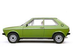 VW Polo (1975 -1979) - Technisch basierte der neue Kleinwagen auf dem baugleichen Audi 50. Letzterer erschien bereits 1974 und war bis auf das Branding kaum zu unterscheiden. ☺ #VolkswagenPolo Volkswagen Polo, Vw, Audi, Classic Cars, Photos, Cars, Economy Car, Wolfsburg, Pictures