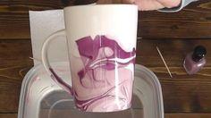 Eine Keramik/Tasse mit Muster aus Nagellack: Das braucht man: einen weißen Kaffeebecher aus Keramik, zwei verschiedene Sorten Nagellack, einen Zahnstocher, eine tiefe Plastikschüssel, warmes Wasser, Papiertücher. So geht's: Zwei Sorten Nagellack und warmes Wasser in eine Schüssel füllen, mit dem Zahnstocher Muster ziehen, Tasse eintauchen, fertig! Hier gibt's die komplette Anleitung: https://www.youtube.com/watch?v=uL5oBMF7zNQ Zeitfaktor: etwa 30 Minuten