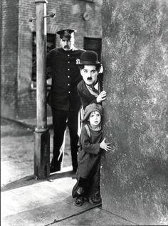 """Charles Chaplin- Jackie Coogan en una escena de """" El chico""""  (Jackie con 6 años de edad) quien despues de esta actuacion se convirtió en el actor infantil más importante del cine mudo"""