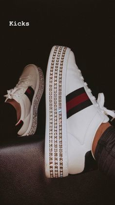 An Article To Help You Better Understand Shoes. Do you realize how many different types of shoes there are? Are you aware of how to find the greatest shoe deals? Gucci Sneakers Outfit, Sneakers Fashion, Fashion Shoes, Shoe Deals, Aesthetic Shoes, Hype Shoes, Fresh Shoes, Buy Shoes Online, Luxury Shoes