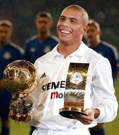 Ronaldo Lima wins the FIFA World Player of the Year and Ballon d'Or whilst at Real Madrid. Ronaldo Real Madrid, Ronaldo 9, Football Awards, Best Football Players, Good Soccer Players, Football Soccer, Ballon D'or, Real Madrid Football Club