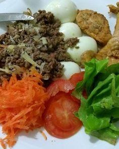 Frango carne ovos e salada . Firme na dieta neste sabadão . . #senhortanquinho #paleo #paleobrasil #primal #lowcarb #lchf #semgluten #semlactose #cetogenica #keto #atkins #dieta #emagrecer #vidalowcarb #paleobr #comidadeverdade #saude #fit #fitness #estilodevida #lowcarbdieta #menoscarboidratos #baixocarbo #dietalchf #lchbrasil #dietalowcarb