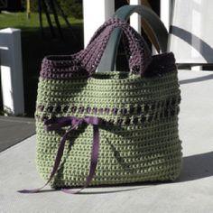Crochet Bag - cute! (free pattern on ravelry) http://www.futuregirl.com/craft_blog/labels/starling%20handbag.aspx