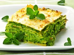 Lasagnes à la ricotta et aux épinards Lasagna with ricotta and spinach (cooking a little longer, parmesan only above and smoked salmon between layers) Lasagne Au Pesto, Veggie Lasagne, Spinach Lasagna, Chicken Lasagna, Pesto Chicken, Tofu Lasagna, Baked Chicken, Chicken Recipes, Vegetarian Recipes