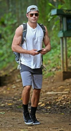 zac-efron-ripped-muscles-memorial-day-weekend-09.jpg (529×976)
