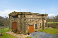 Here is a renovation of old buildings idea become luxury homes in Yorkshire. It was built in Pump House is a former water pumping station Ilkley, a spa town in West Yorkshire, northern England, UK. Unusual Buildings, Old Buildings, Modern Interior Design, Interior And Exterior, Interior Office, Exterior Design, Off Grid Tiny House, Magazine Deco, Pump House