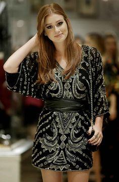 Marina Ruy Barbosa adere ao estilo boho chic em vestido preto com aplicações