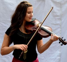 Tour Scotland photograph of a street fiddle player on visit to Edinburgh