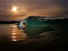Fim de tarde, hora passa, mar atiça. Sou feita d'agua... ninguém me rouba  a paz que me guarda. (AC. Lara)