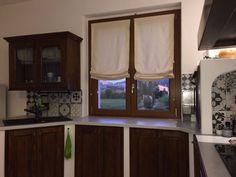 tenda a pacchetto a vetro e, sullo sfondo, doppia tenda su binario ...