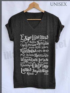He encontrado este interesante anuncio de Etsy en https://www.etsy.com/es/listing/184757585/expelliarmus-magic-spell-normal-shirt