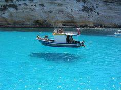 あまりの透明度に船が浮いて見える…イタリア最南端の楽園「ランペドゥーザ島」の絶景 : らばQ