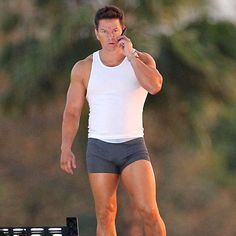 Mark Wahlberg worked with trainer Bryan Nguyen. Training for the movie Pain & Gain, Mark Wahlberg said he went back to his old-school movie workouts. But, he di Mark Wahlberg, Movie Workouts, Pop Workouts, Lifting Workouts, Old School Movies, Z Cam, Man Crush, Celebrity Crush, Celebrity Guys