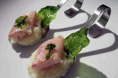 Smoked trout on kohlrabi puree - Servierlöffel - Salat Healthy Popsicle Recipes, Healthy Popsicles, Pureed Food Recipes, Vegetarian Recipes Easy, Gourmet Recipes, Chou Rave, Baked Chicken Nuggets, Smoked Trout, Seafood Appetizers