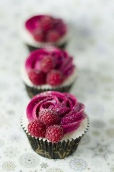 raspberry and champagne cupcakes! But could be Raspberry cheese cake. I like the decor of the cupcake Food Cakes, Cupcake Cakes, Rose Cupcake, Cupcake Ideas, Mini Cakes, Cupcake Photos, Cupcake Party, Raspberry Cupcakes, Yummy Cupcakes