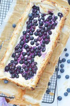 Deze blauwe bessen cheesecake heb je supersnel klaar en is lekker!! Je taartje heb je sneller gemaakt dan de oven warm is. Easy blueberry cheesecake with puff pastry