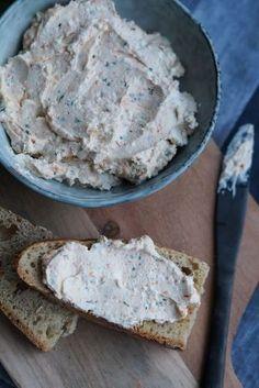 Skøn cremet tyrkisk fetadip. Haydari består af feta, bredbladet persille, ovnbagte peberfrugter, hvidløg og olivenolie. Smager skønt på brød.