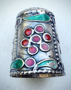 Item Description,att  Type: Finger Needle Protector Guard Sewing Thimble Gender: Women Metal: Silver Metal Purity: .935 Weight: 5 grams Length: 0.8 inches length Defects/Additional info: no defects Theme: Estate Sterling Silver 935 Silver Finger Needle Protector Guard Sewing Thimble Red flowers and green leaveEnamel Condition: Good Condition, Has some scratches Ready To Wear, Vintage SHIPPING WORLDWIDE