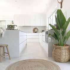 Kitchen love💕 And just like that another Sunday evening rolls around. I hope everyone enjoyed their weekend & here's to a fabulous week ahead! Open Plan Kitchen, New Kitchen, Home Interior, Interior Design Kitchen, Home Decor Kitchen, Home Kitchens, Küchen Design, House Design, House Plants Decor