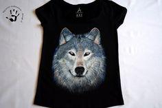 Ręcznie malowana koszulka z wilkiem. #zwierze #wilk #koszulka #wilknakoszulce #koszulkazwilkiem #czarnakoszulka #koszulkadamska #ręczniemalowane #malowaneręcznie #art #wolf #handpainted #handmade #tshirtwithwolf