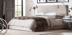 Tête de lit contemporaine en tissu avec fourrure et coussins sur le lit