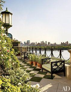 Apesar do seu Central Park lindo e oponente, Nova York é conhecida por seu mar de concreto, seus arranha-céus e arquitetura impactante, mas o que fazer pra suavizar e trazer mais vida a tudo isso? Cada vez mais as coberturasdos prédios foram transformados em áreas verdes, seja por um bar, jardim ou espaço de convivência […]