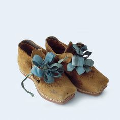 Children's shoes Probably Basel, half of century Calf's leather, embossed, silk ribbon 17th Century Clothing, 17th Century Fashion, 19th Century, Vintage Shoes, Vintage Outfits, Fashion Shoes, Fashion Accessories, Fashion Art, Costume