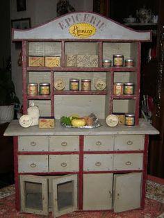 1945 après la guerre,on trouvait peu de jouet.    C'est mon père qui a fabriqué  entièrement cette petite épicerie ! Quelle patience !