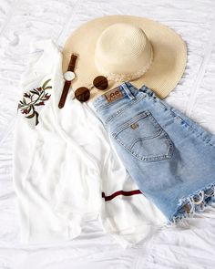 16.9k Followers, 782 Following, 602 Posts - See Instagram photos and videos from Alexandra Robb (@alexrobb) Holiday Essentials, Vintage Inspired, Eyewear, Mom Jeans, Denim Shorts, Photo And Video, Videos, Followers, Pants