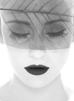Às vezes é preciso dormir, dormir muito.  Não pra fugir, mas pra descansar a alma dos sentimentos.   _____________________Marla de queiroz  _