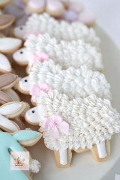 Easy Easter Cookies For Kids: The Best decorated Easter cookies recipes. Are you after bunny shaped Easter cookies ideas? If so, you have to try these simple Easter cookies with royal icing, chocolate and more. Cookies For Kids, Fancy Cookies, Iced Cookies, Cute Cookies, Royal Icing Cookies, Cupcake Cookies, Sugar Cookies, Flower Cookies, Heart Cookies