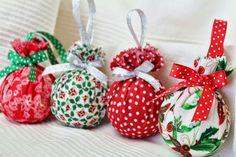 A quien no pueden gustarle estas bolitas de lo más retro para adornar nuestro árbol. Telas de colores llamativos, cintas decoradas y relleno de algodón, telas, tiras de periódico...