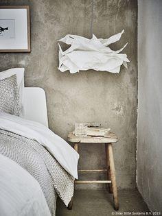S KRUSNING visilicom lako je stvoriti ugodnu atmosferu jer papirnato sjenilo lampe stvara ukrasne sjene. www.IKEA.hr/KRUSNING