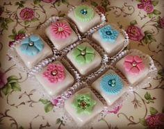 M khabez gâteau algérien au glaçage royal ... humm  Décoration en pâte à sucre avec les découpoirs de cakemabrouk. Recette dispo sur le blog de la boutique https://www.cakemabrouk.fr/