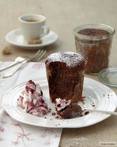 Dornfelder in Doppelfunktion: als Würze im Kuchen, konzentriert in der Sahne. Der saftige Schoko-Kuchen hält sechs Monate - eigentlich...