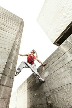 Portait and action shots of professional freerunners Katie McDonnell and Fizz Hood. Parkour Workout, Kickboxing Workout, Action Pose Reference, Action Poses, Urban Sport, Batman 2, Anatomy Poses, Dynamic Poses, Ninja Warrior