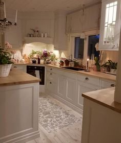 32 Exclusive and Personalized Dining Room Interior Design It is time to leave the plain old boring dining room designs and take on modern dining room interior design ideas! This post is all about that! Cosy Kitchen, Home Decor Kitchen, Country Kitchen, Kitchen Interior, New Kitchen, Kitchen Dining, Kitchen Cabinets, Kitchen Wood, Kitchen Furniture