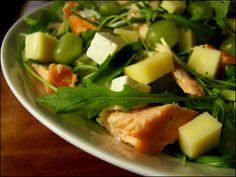 Lohi-juustosalaatti: jäävuorisalaattia, rucolaa, Polar-juustoa, fetajuustoa ja lohta