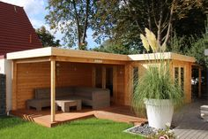 Flat roof garden house in natural wood with inviting terrace to relax. Outdoor Buildings, Small Buildings, Garden Buildings, Outdoor Structures, Flat Roof Shed, Garden Office, Natural Wood, Outdoor Living, Home And Garden