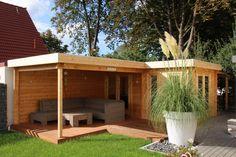 Flachdach Gartenhaus in Naturholz, mit einladender Terrasse zum Relaxen.
