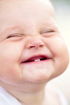 En el articulo ¨Basta ya, dicen los estudiantes¨ menciona una sonrisa radiante y mente despierta.