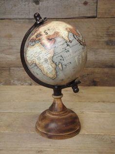 Wereldbol op voet beige naturel Ø 12 cm x 14 xm x 25 cm hoog