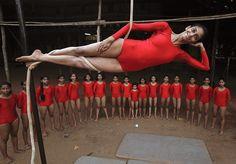 """In der westindischen Metropole Mumbai demonstriert ein Mädchen eine """"Mallakhamb""""-Übung.Mallakhamb ist eine alte indischer Sportart, die ursprünglich als Ausgleich zum Ringen erfunden wurde. Sie besteht aus yoga-ähnlichen Gymnastikübungen, die in der Luft an einem Seil hängend ausgeführt werden. (Mumbay, Indien, von Vivek Prakash/Reuters, publiziert am 13. November 2012)"""