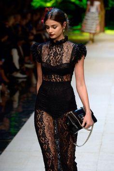 schwarzes kleid, spitzenkleid, lang und eng, mit kurzen aermeln, schwarze tasche