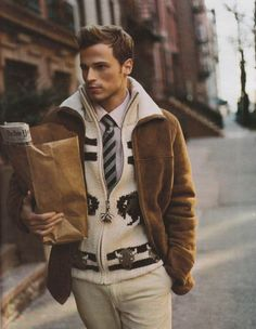 Consider teaming a brown shearling jacket with beige chinos to achieve an extra dapper and modern-looking casual ensemble. Looks Style, Looks Cool, Men Looks, Gentleman Mode, Gentleman Style, Mode Masculine, Sharp Dressed Man, Well Dressed Men, Pull Fila