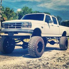 this is a ford f350 powerstroke diesel truck. diesel trucks are my favorite and its my goal to own one like this.