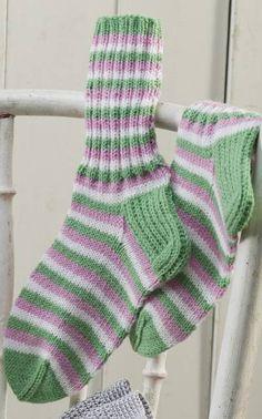 Raidalliset villasukat novita nalle myös koko 42. S:n sukat kärkikavennus 18 vaakarivin jälkeen.