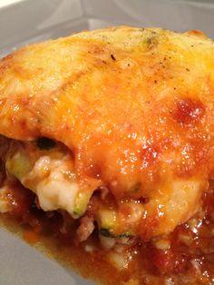 Gratin de courgettes viande hachée comme des lasagnes 400 g de viande hachée à 5 % de MG -1 oignon -1 boite de tomates pelées -1 petite boite de concentré de tomates -3 courgettes moyennes -40 g de gruyère râpé (ou mozzarella râpé)  pour la béchamel -80 cl de lait écrémé -50 g de maizena -sel/poivre