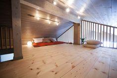 LYSTHUS er en moderne kolleksjon fritidshus som bygger videre på vår erfaring og norsk byggetradisjon hvor enkle bygningskropper legges skånsomt inn i terr Attic Loft, Loft Room, Sleeping Loft, Granny Flat, Extra Rooms, Dom, Gazebo, Scandinavian, House Ideas