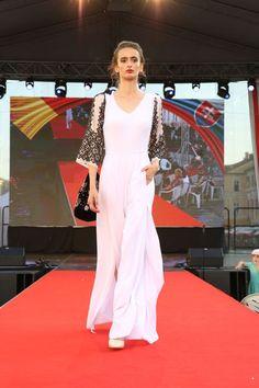 Rumunská móda pod Urpínom - Izabela Mandoiu in Slovakia Ramones, Prom Dresses, Formal Dresses, Fashion, Dresses For Formal, Moda, Formal Gowns, Fashion Styles, Formal Dress